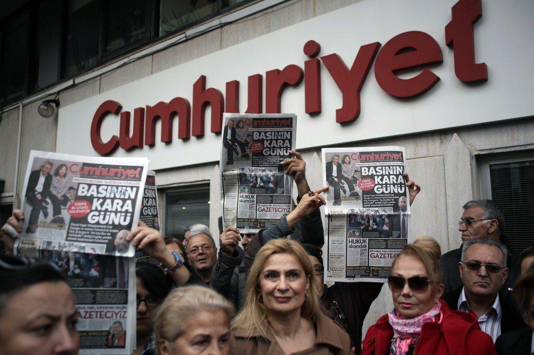 敦達爾原為土耳其《共和報》的總編輯。2015年他被政府逮捕,因揭露了土耳其政府出...