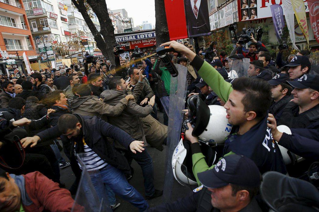 土耳其重要報紙《共和報》的總編輯敦達爾被政府逮捕後,民眾聚集在街頭示威,卻遭噴灑...