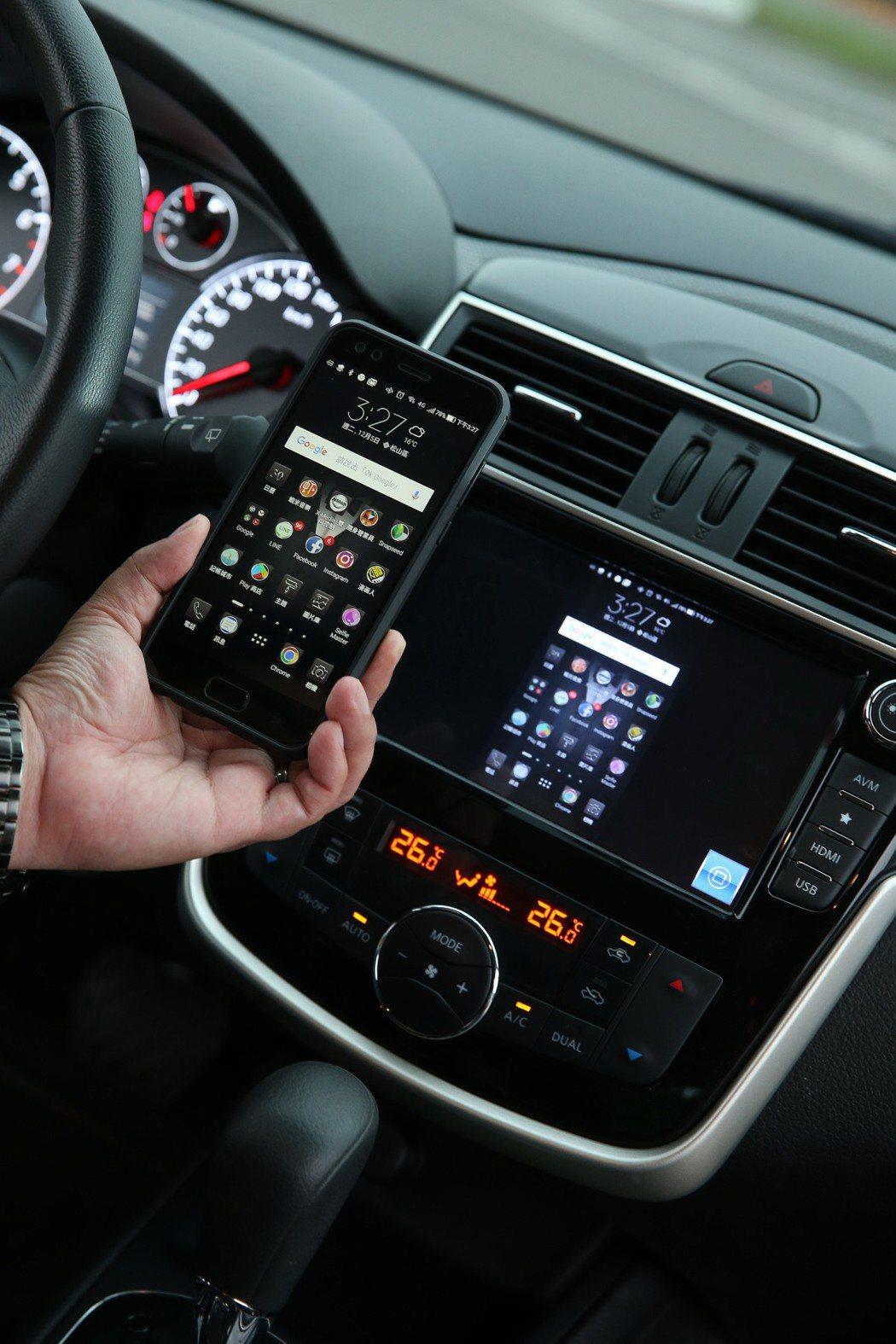 無線投影功能可以直接將手機畫面投影到8吋螢幕上。 記者陳立凱/攝影