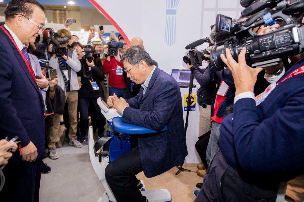 台北市長柯文哲也蒞臨新光機構展區,試乘自主移動式輪椅機器人,由新光醫院院長侯勝茂...
