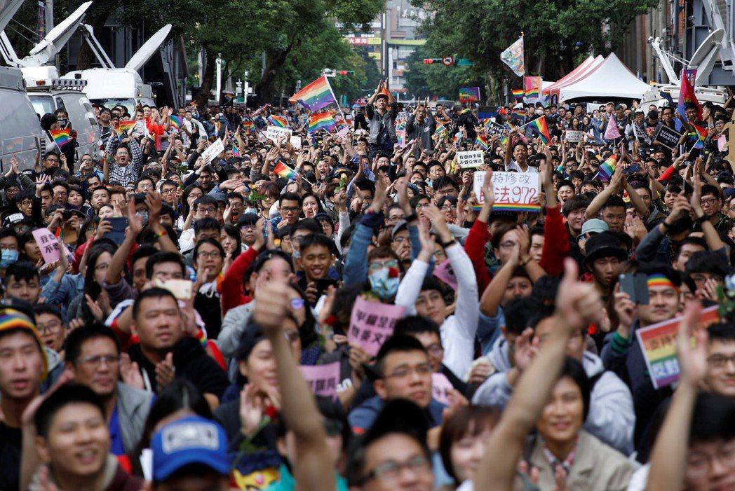 將立法院遷移至中正紀念堂園區,可讓抗議集會的人潮與噪音限制在一定範圍內,不影響民眾日常生活。 圖/路透社