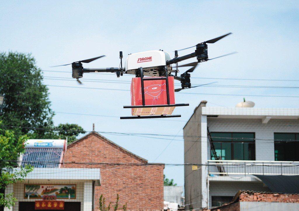 京東無人機送貨已在西安實現常態化運營,圖為一架掛載貨無人機抵達位於西安市長安區杜...