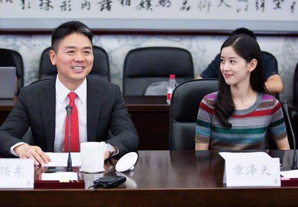 京東集團創始人劉強東(左)與妻子2017年6月宣布,向中國人民大學捐贈3億元。...