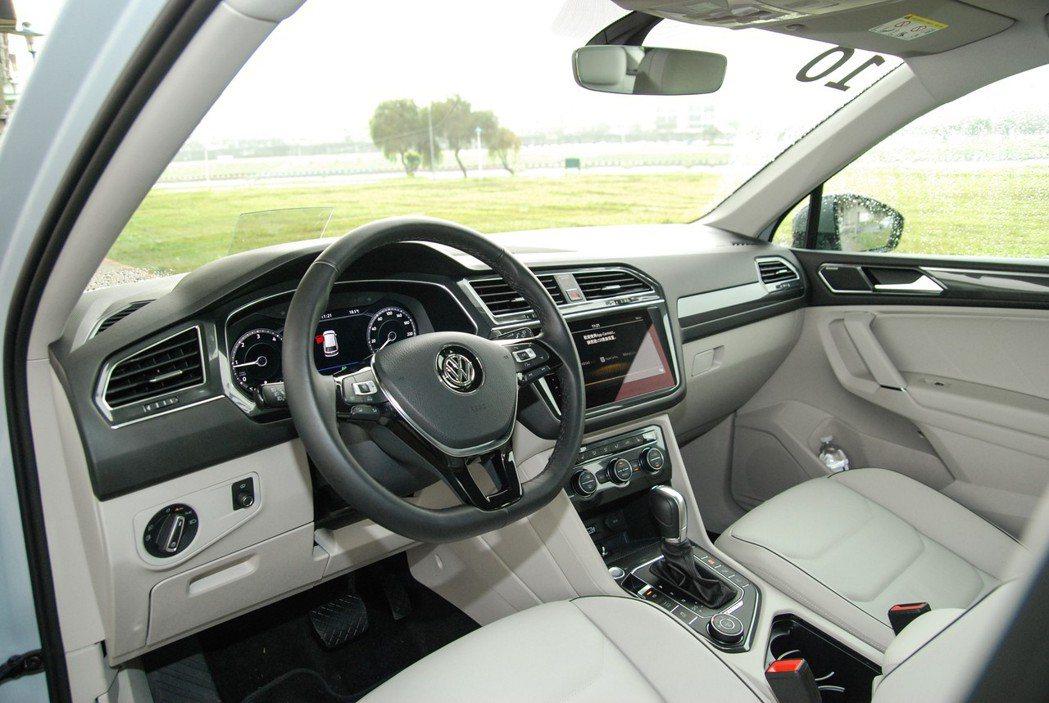 真皮多功能方向盤並具有換檔撥片,即便是一款 5+2 的休旅車,仍能提供一些駕駛樂...