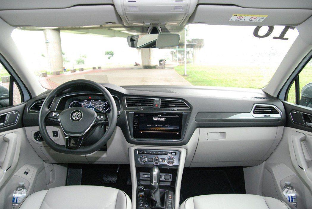Allspace 採雪白色調的內裝設計,整體駕駛空間與質感非常明顯。 記者林鼎智...