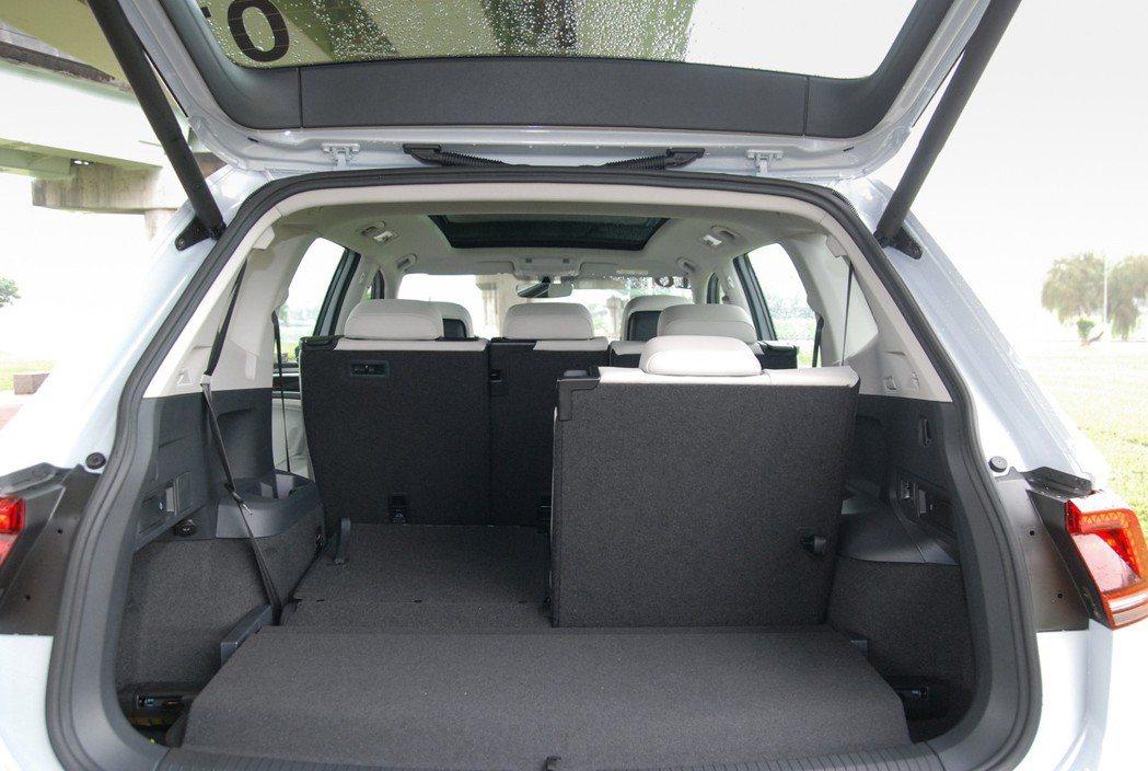 後行李廂空間在七人座配置時為230公升,而在二、三排座椅傾導後,最大可達1,77...