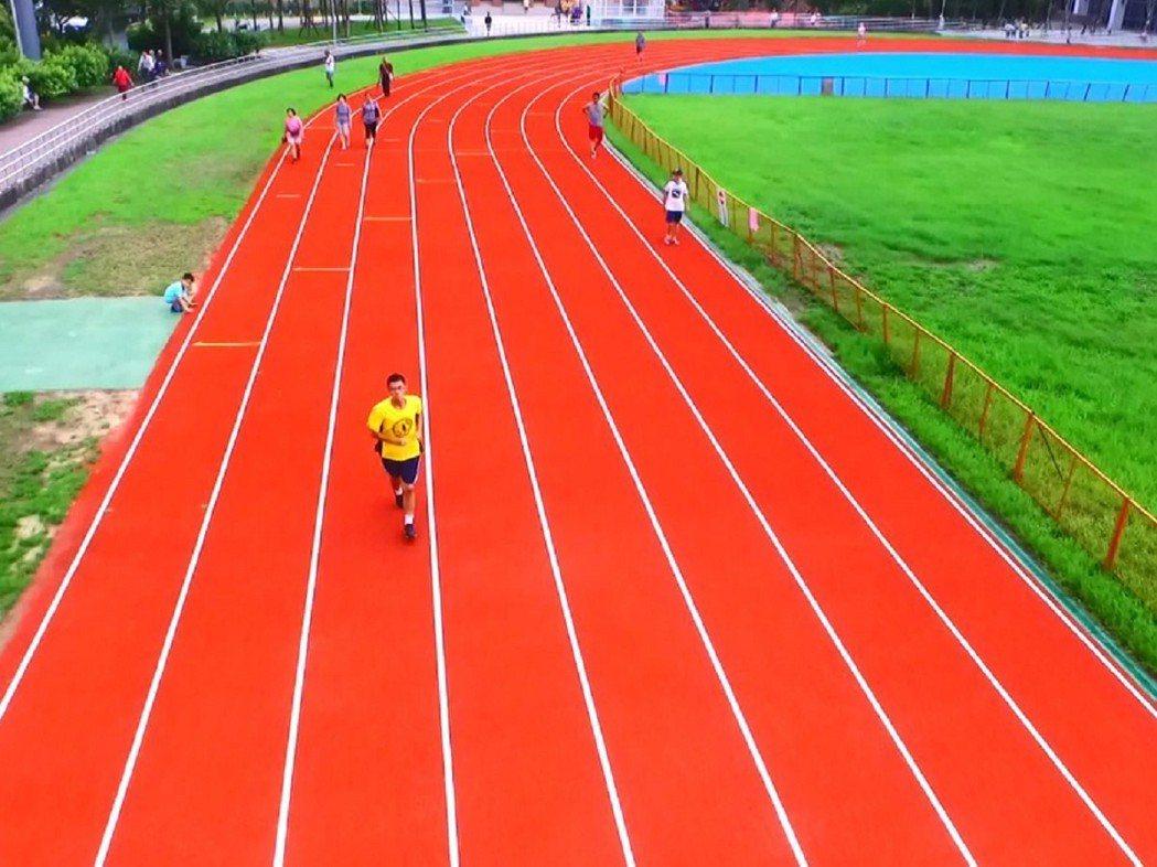 汐止運動園區已經成形,有大型運動中心還有運動場,位於汐止的市中心,每天上千人來跑...
