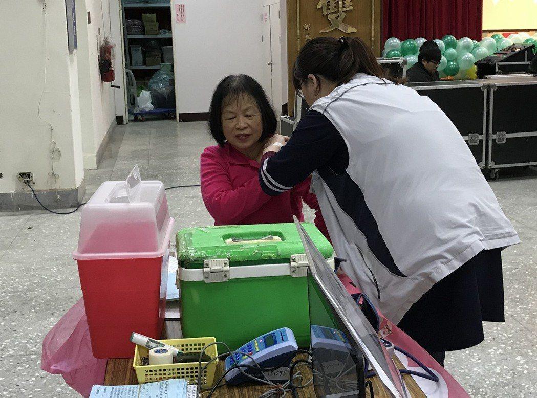 公費流感疫苗開打,雙溪區目前施打率只有不到五成,衛生所主任徐國祐也呼籲民眾盡快施...