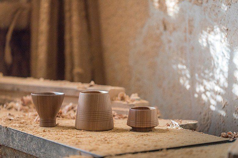 由阿煙師傅以跳台全程手工製作,加上設計師高立杰設計出的小酌杯、日常 杯、喝茶杯三...