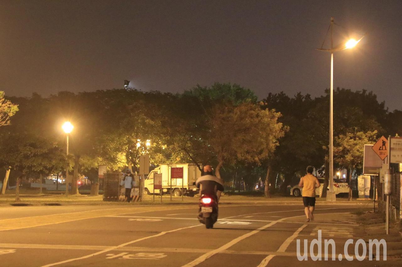 台南市安平區安億路車流量不多,每晚常見民眾在路肩慢跑。圖中人物非本案當事人。記者...