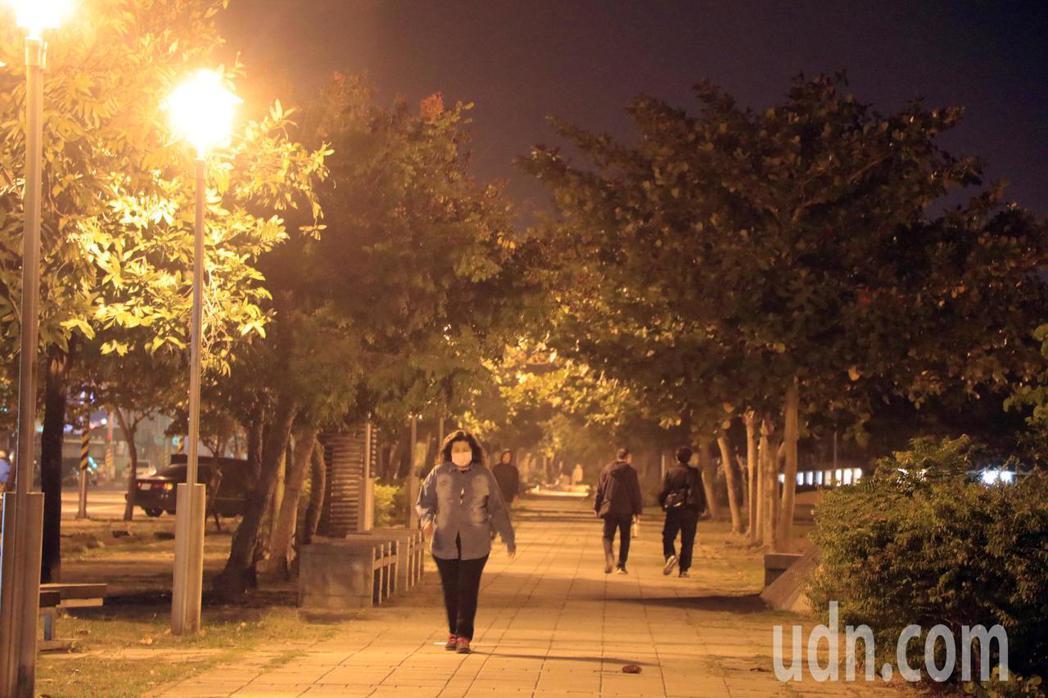 跑友認為人行道常有路人、寵物,不適合慢跑。記者曹馥年/攝影
