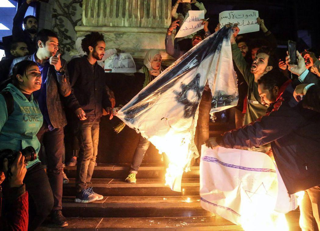川普宣布承認耶路撤冷為以色列首都後,隨即在埃及引發抗議,示威者焚燒以色列國旗。(...
