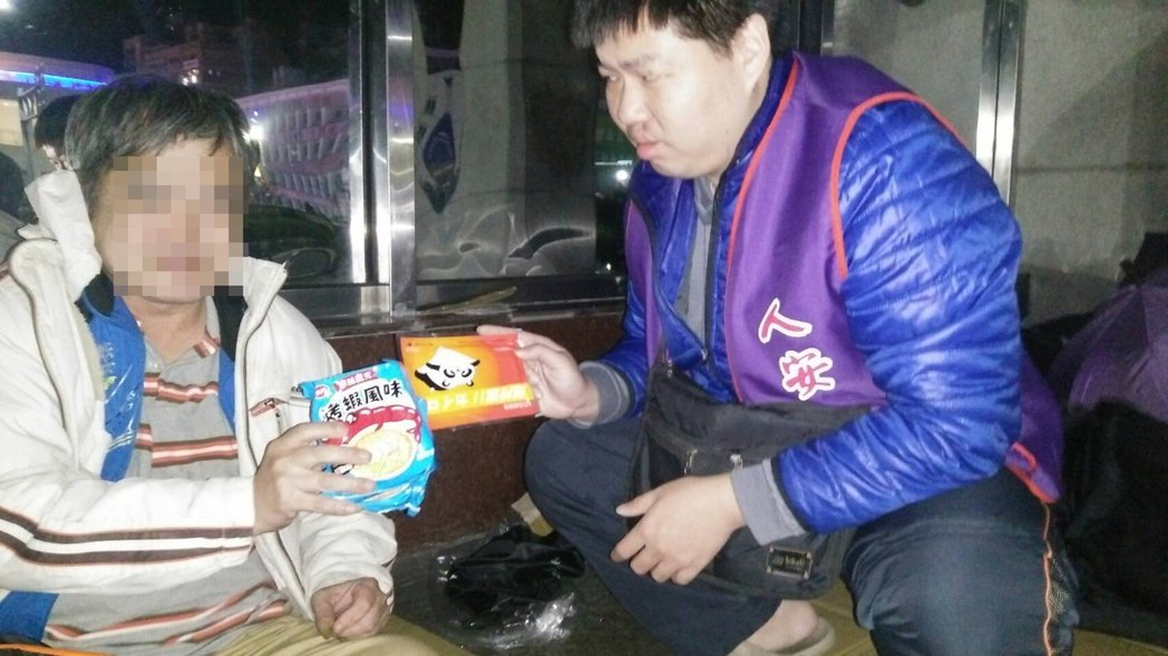 人安基金會基隆平安站晚上到街頭發放睡袋,免得街友受凍。記者游明煌/翻攝
