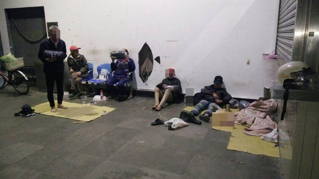 人安基金會基隆平安站晚上到街頭發放睡袋,免得街友受凍,不少街友躲進基隆舊火車站。...