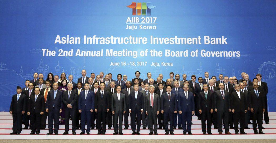 日本公明黨幹事長井上義久表示,日本可能考慮加入中國領導的亞投行。(歐新社)