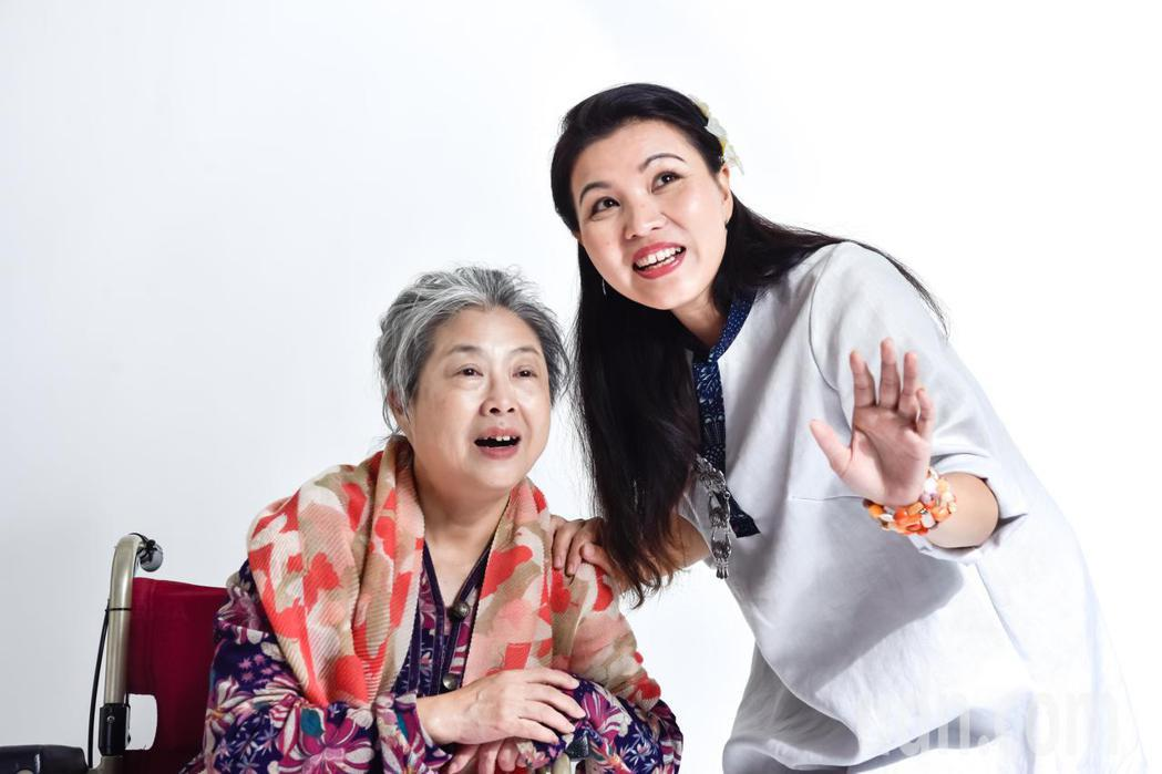 陳秋柳〈右〉在舞台劇吉卜拉飾演外籍看護娜蒂。記者施鴻基/攝影