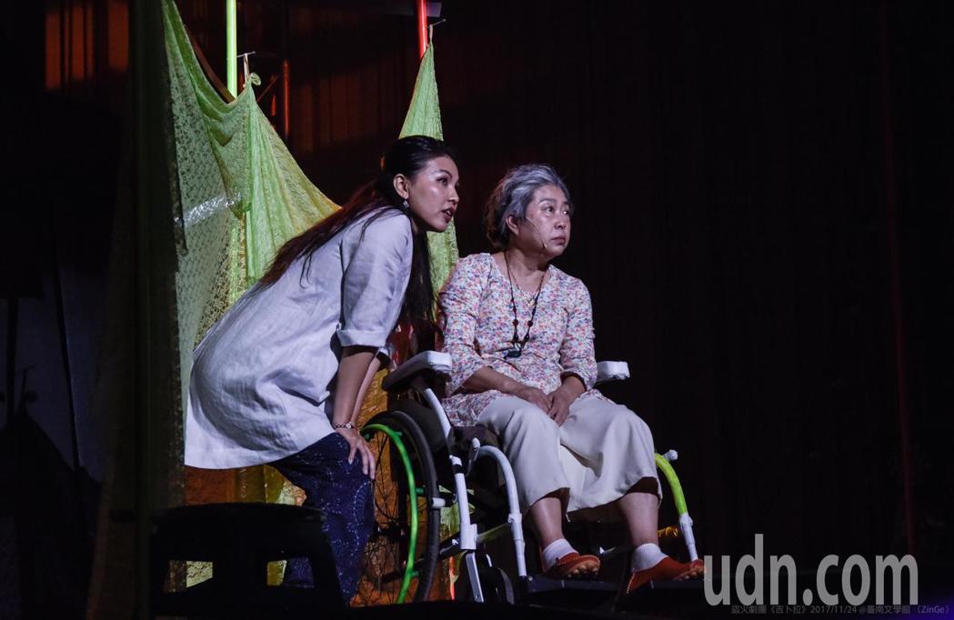 陳秋柳〈左〉在舞台劇吉卜拉飾演外籍看護娜蒂。記者施鴻基/攝影