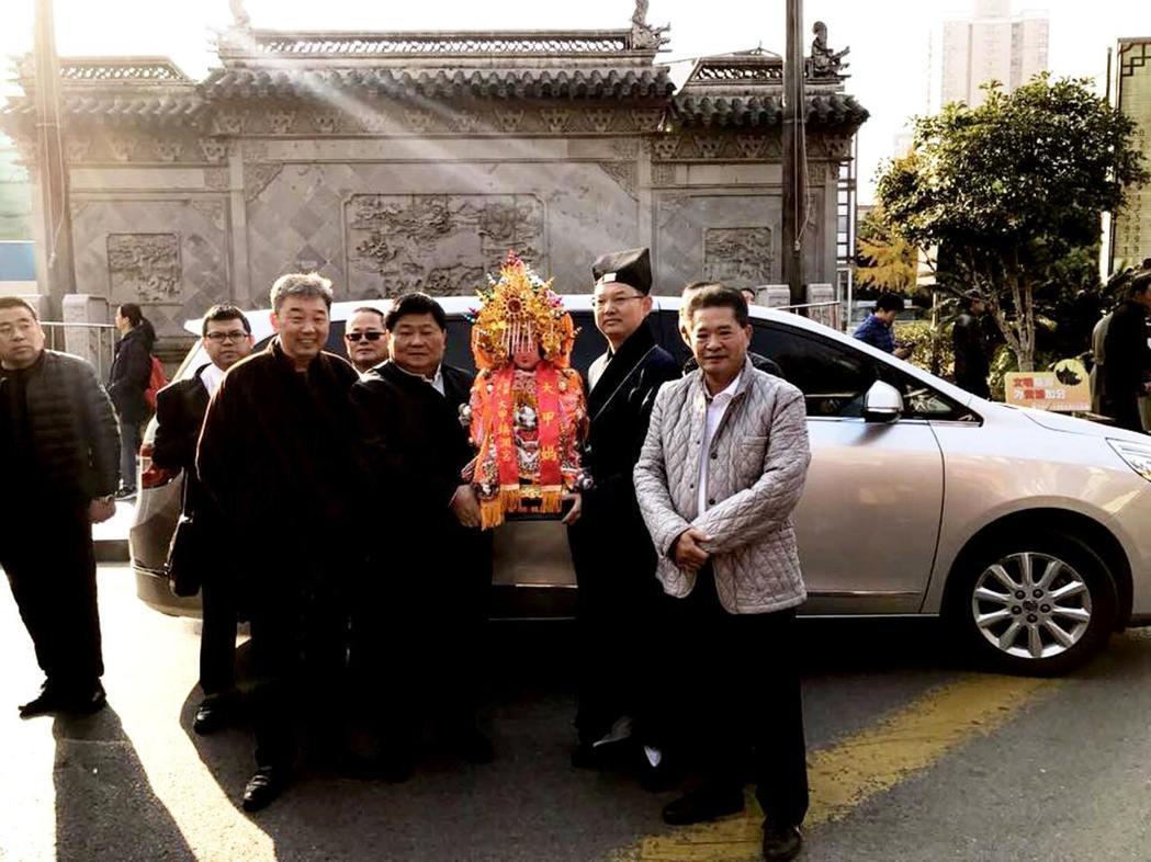 上海城隍廟與大甲鎮瀾宮締結友好宮觀,大甲媽正式分靈進駐上海,董事長顏清標、副董事...