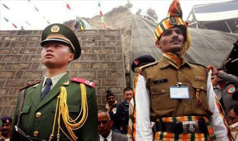 中印邊界的兩國士兵。取自環球網