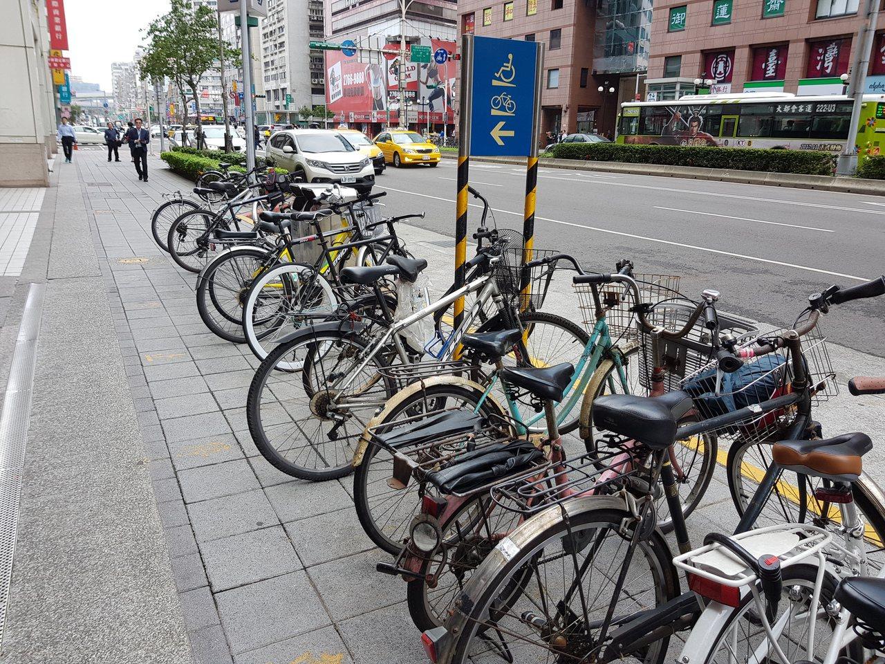 北市明年元旦起實施自行車拖吊收費,遭拖吊後將收取100元的移置費,以及每12小時...