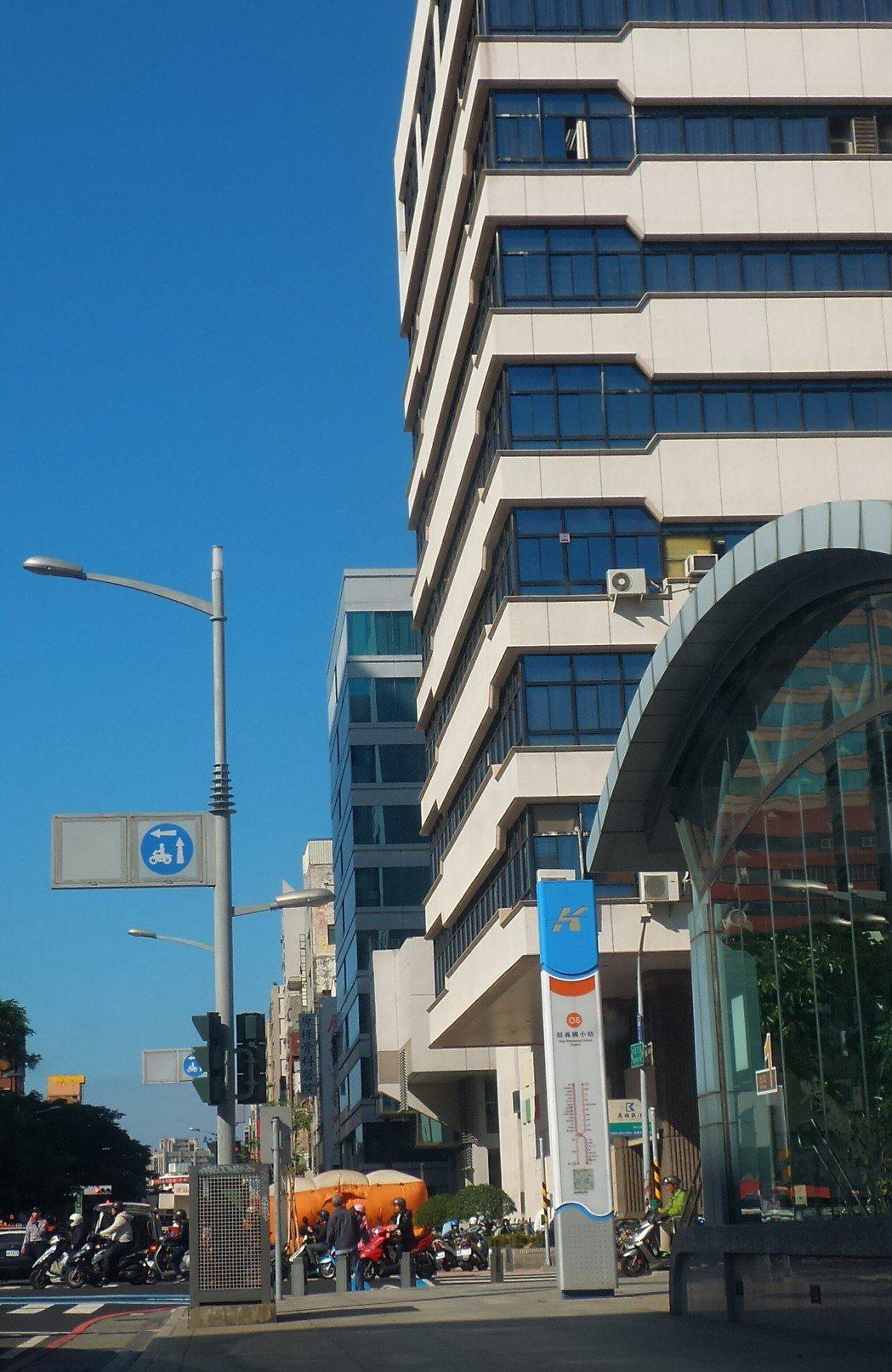 一男子今天上午登上高雄市新興區公所頂樓作勢跳樓,消防隊在樓下鋪氣墊。記者林保光/...