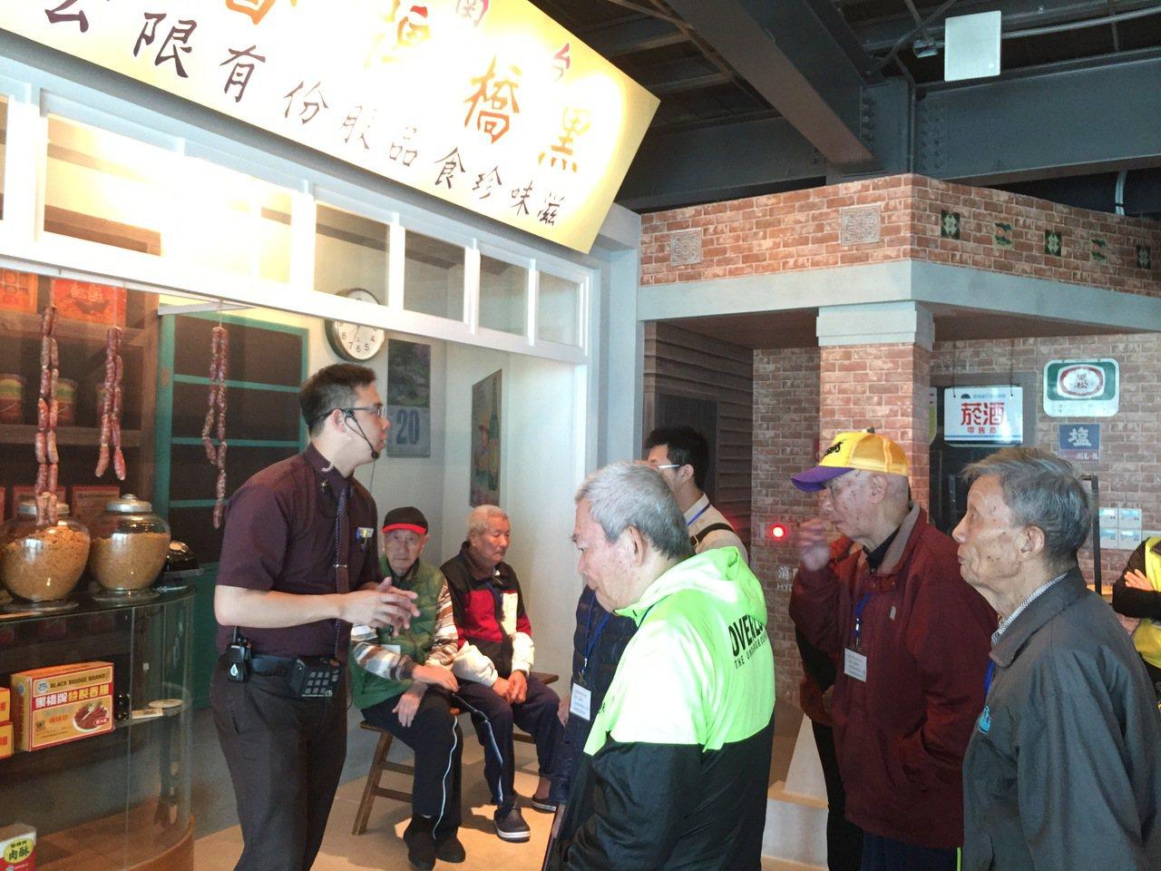 台南佳里榮家帶領榮家長輩們參觀台南地區觀光工廠。圖/佳里榮家提供