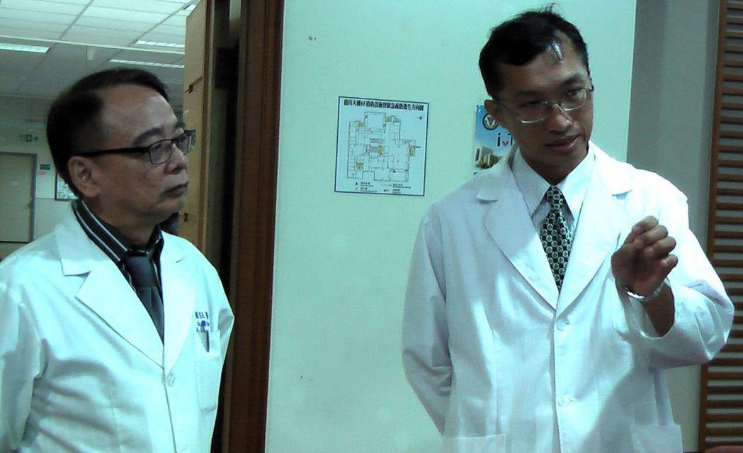 高醫胃腸科主任蘇育正(左)與主治醫師許文鴻(右),解說「食道賁門弛緩不能症」的症...