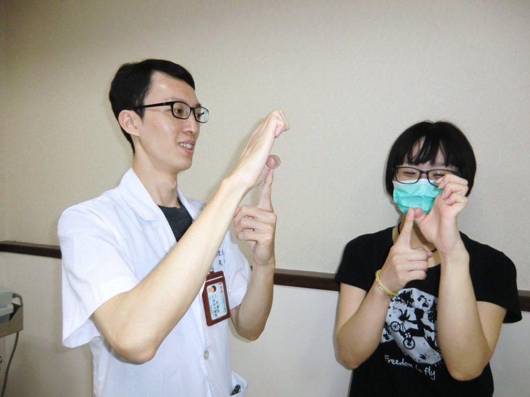 第三招【手指肌腱運動】:手指先屈曲(A),接著手指向前伸直(B),以便讓手指肌腱...