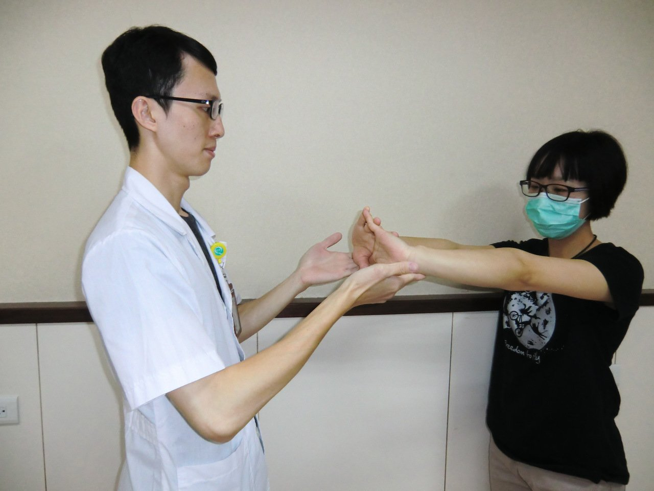 第一招【手掌牽拉運動】:雙手合掌,掌心朝外,以便讓手掌肌肉放鬆。維持10秒,每天...