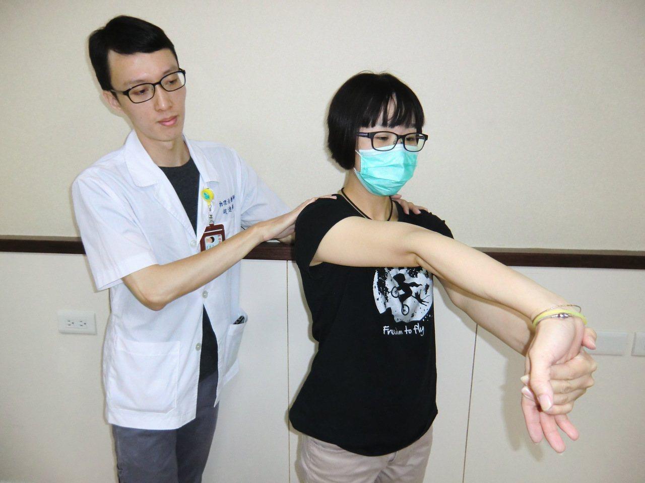 第二招【手腕牽拉運動】:一手手掌朝上,另一手將其手掌往下壓且手臂伸直,以便讓手腕...