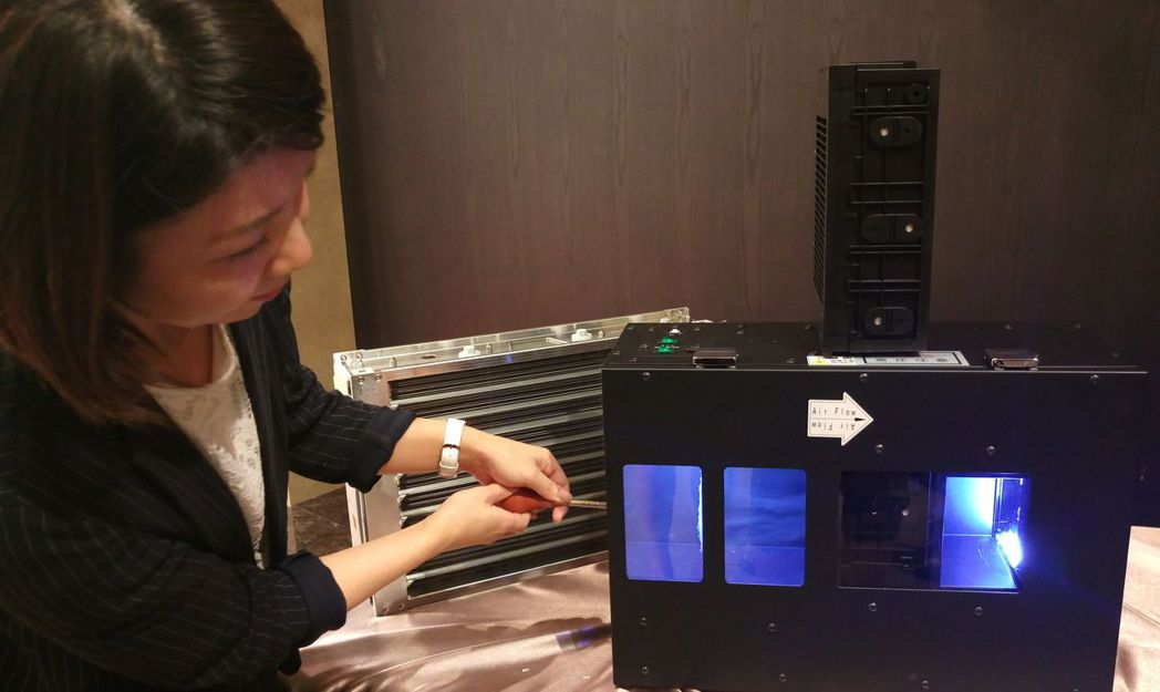 擁有菸塵處理技術的日本TORNEX業者,示範外氣清淨系統運作狀況。記者趙容萱/攝...