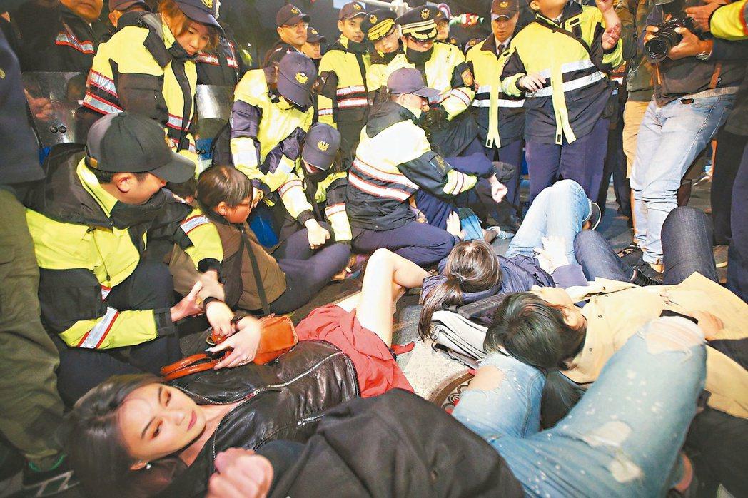 民眾抗議勞基法再修法。本報資料照片 記者陳正興/攝影