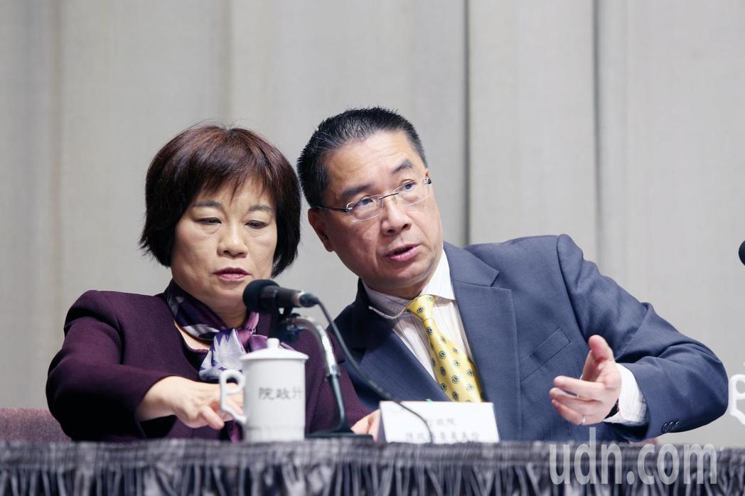 行政院上午舉行院會後記者會,發言人徐國勇(右)宣布明年經濟成長率目標設為2.4到...
