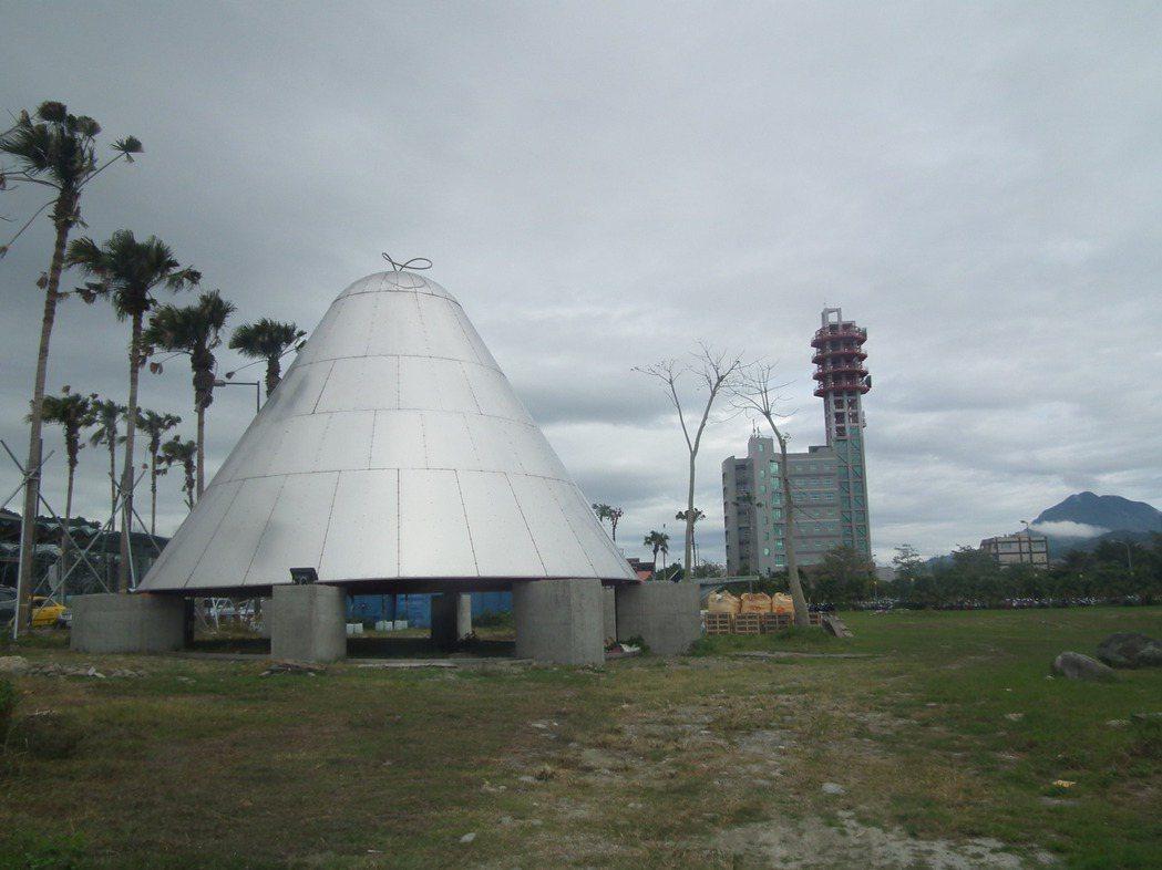 這座巨大的銀色不明物體,外型酷似太空飛船。記者尤聰光/攝影