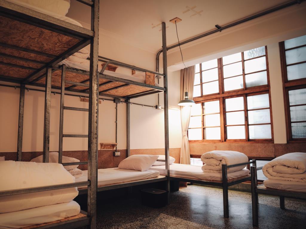 台南青年旅社結合南部建築木造窗和磨石子地板特色,極受背包客年輕人歡迎。圖/Asi...