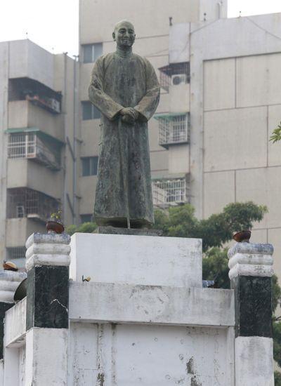 圖為高雄市左營果貿眷村附近中華一路圓環的蔣公銅像。記者劉學聖/攝影