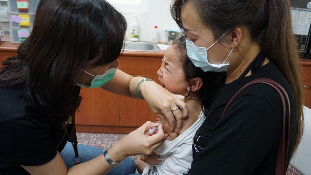 衛福部疾管署日前宣布,A肝疫苗明年起納兒童常規疫苗,但不到1周臨時暫緩實施。聯合...