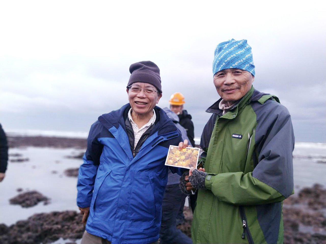 桃園在地聯盟理事長潘忠政(右)將大潭藻礁生長的濱危柴山多杯孔珊瑚等藻礁照片,提供...
