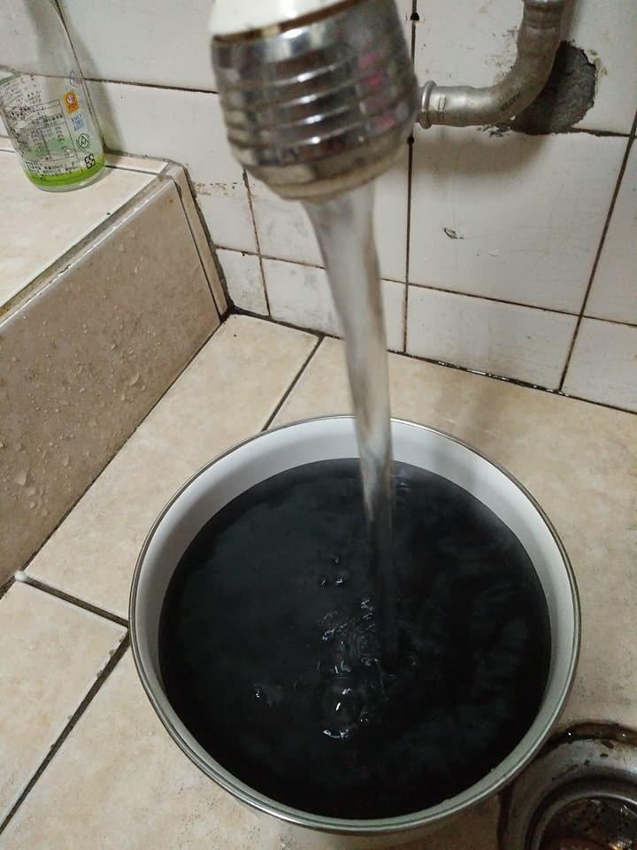 住戶貼出自來水流出黑水照片。圖/取自爆料公社