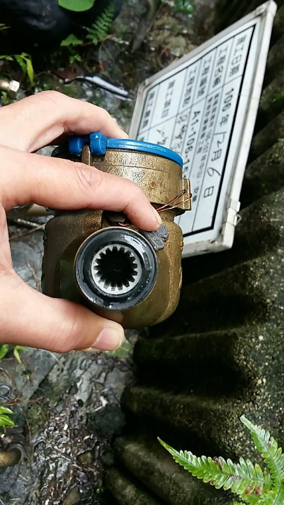自來水公司到投訴住戶及左右鄰居查外管水表,水質及管路都正常。圖/水公司提供