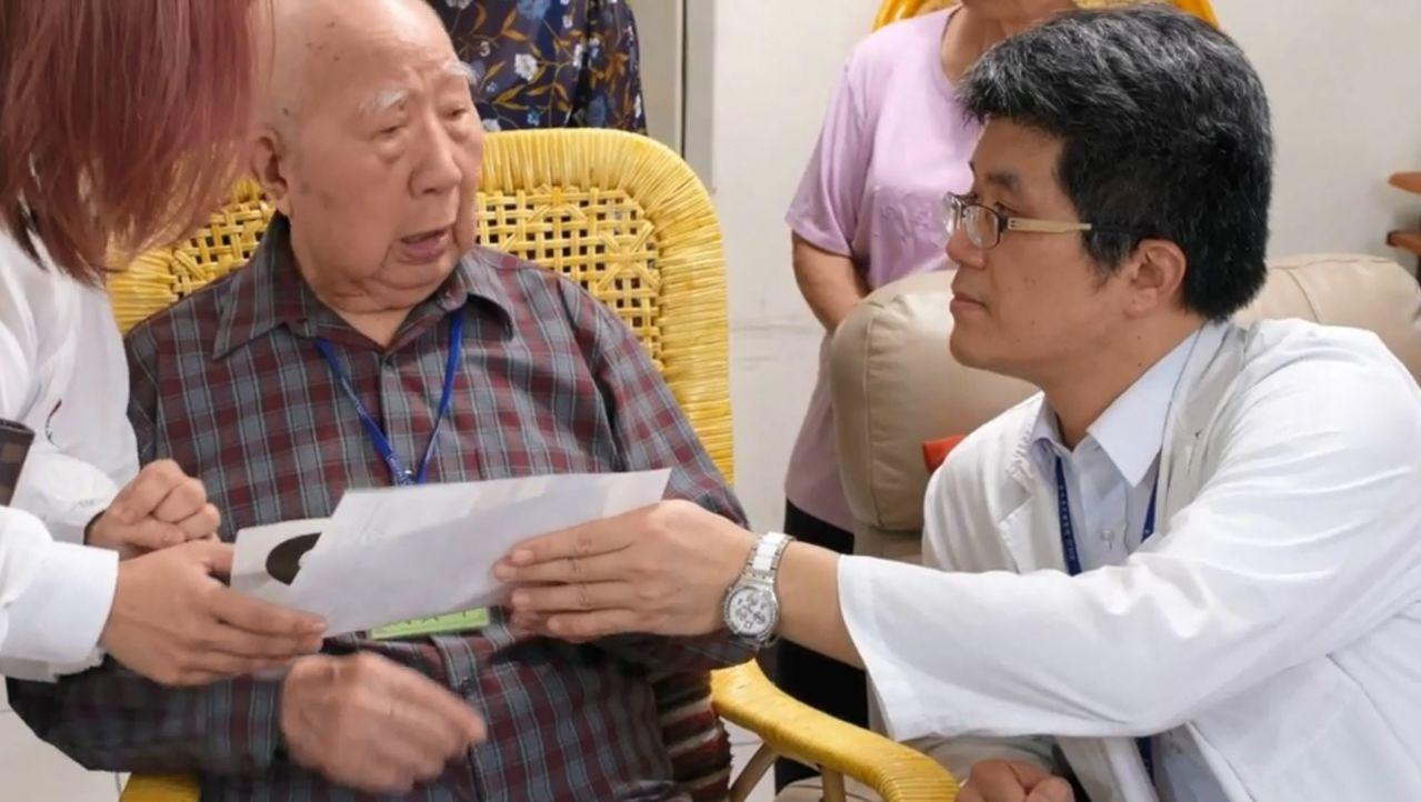 醫師林鉅勝(右)在居家醫療時,戴姓失智老人(中)對答如流,心情特別好。圖/醫師林...