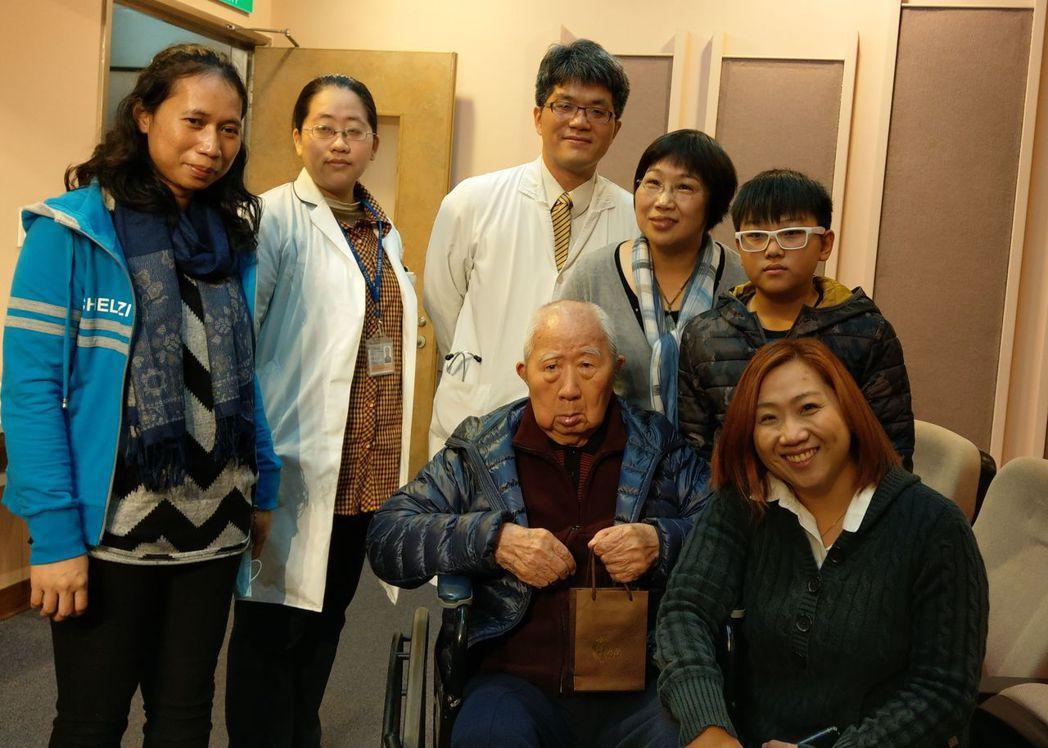 98歲戴姓失智老人(中)接受台中榮總居家醫療後,現在是社區開心果,家人逢人就推薦...
