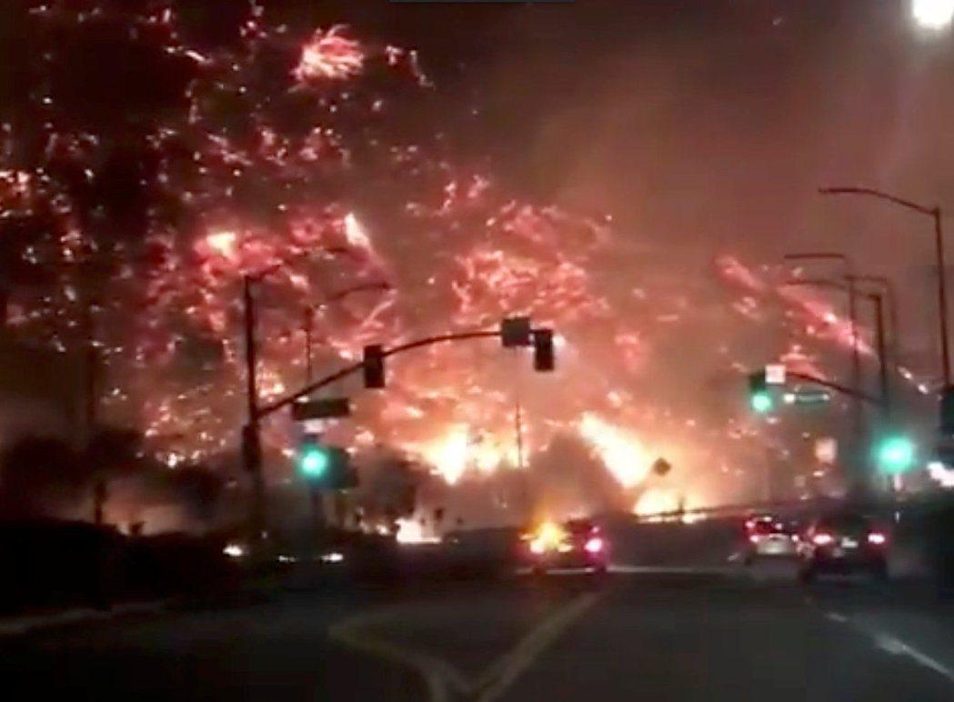 美國南加州豪宅區火燒山,民眾拍下震撼場面。路透