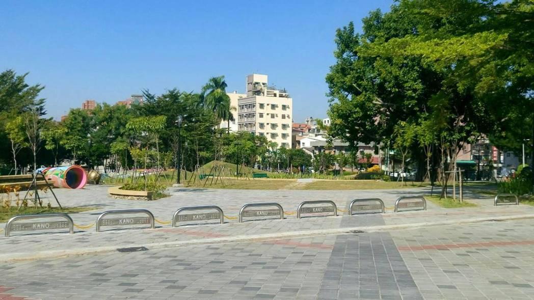 嘉義市33歲蔣姓女子上月初在嘉市KANO園區行走時,遭擋車的不鏽鋼路阻絆倒,造成...