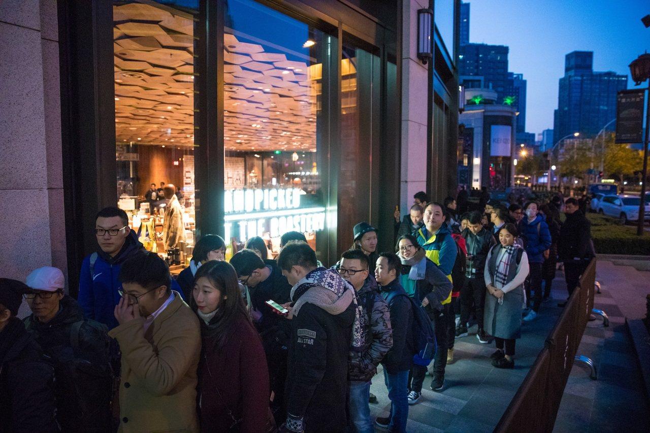 星巴克臻選®上海烘焙工坊外排隊等待進場。圖/星巴克提供