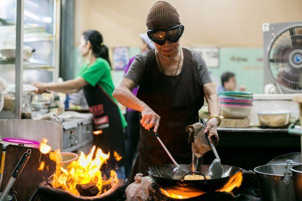 有40年歷史的Jay Fai拿下一星,成為罕見摘星的平民餐廳。圖/摘自amuse...