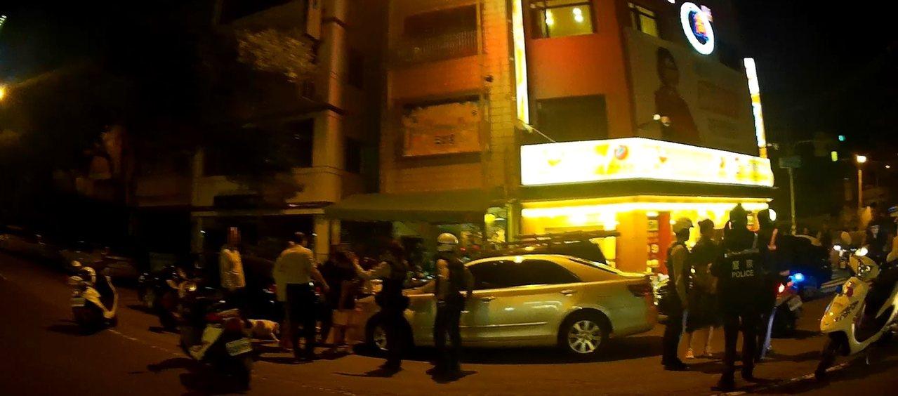 高雄鹽埕區一間老店羊肉爐日前晚間發生消費糾紛,進而引發全武行。記者林伯驊/翻攝