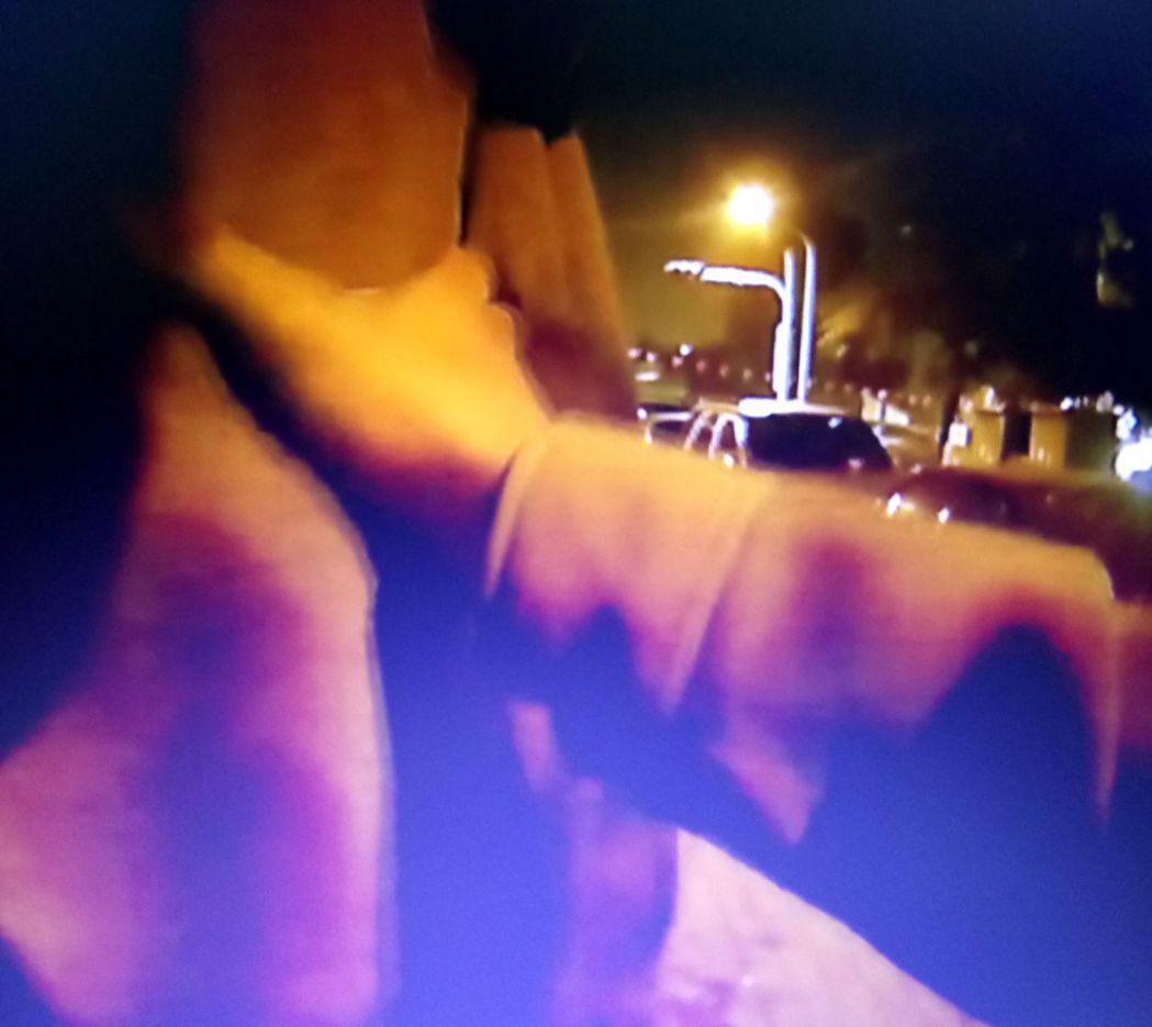 金華派出所副所長郭政賀、警員林昇松及時伸出援手,將企圖跳河尋短的婦人拉下來,挽救...