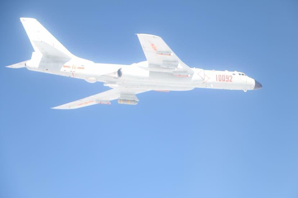 空軍證實,今天上午中共解放軍轟6等機型戰機,接近我鵝鑾鼻南方防空識別區,空軍嘉義...