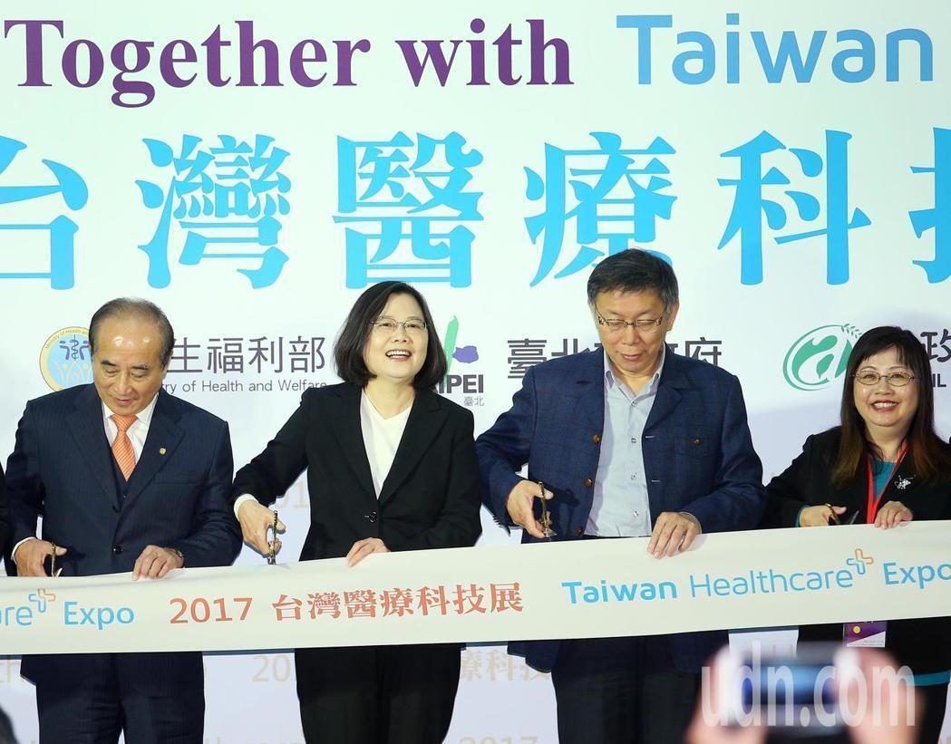 台灣醫療科技展上午起在南港展覽館舉行,蔡英文總統(左二)與立委王金平(左一)、台...